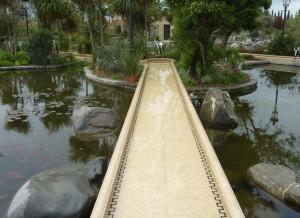 מסלול מיני גולף מעל בריכה אקולוגית / בריכת שחייה ביולוגית